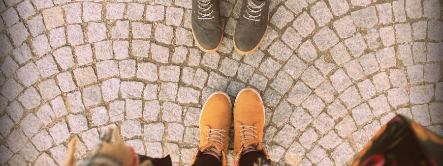Foto zu Artikel Exevia wächst weiter - zwei Paar Füße, die sich gegenüberstehen